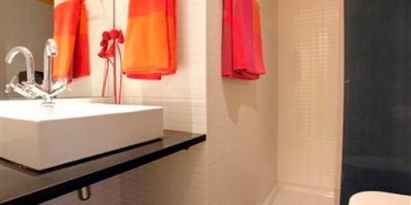 baño naranja y negro