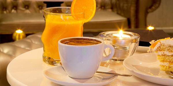 Café, zumo de naranja y tarta