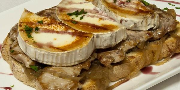 Tortilla con cebolla caramelizada, carne con queso brie