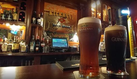 Cervezas en pub irlandés