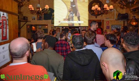 Gente en un pub irlandes