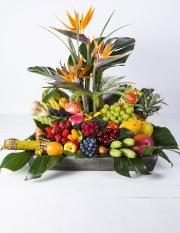 Centro de flores y frutas