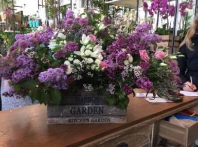 Composición flores en tonos morados en caja