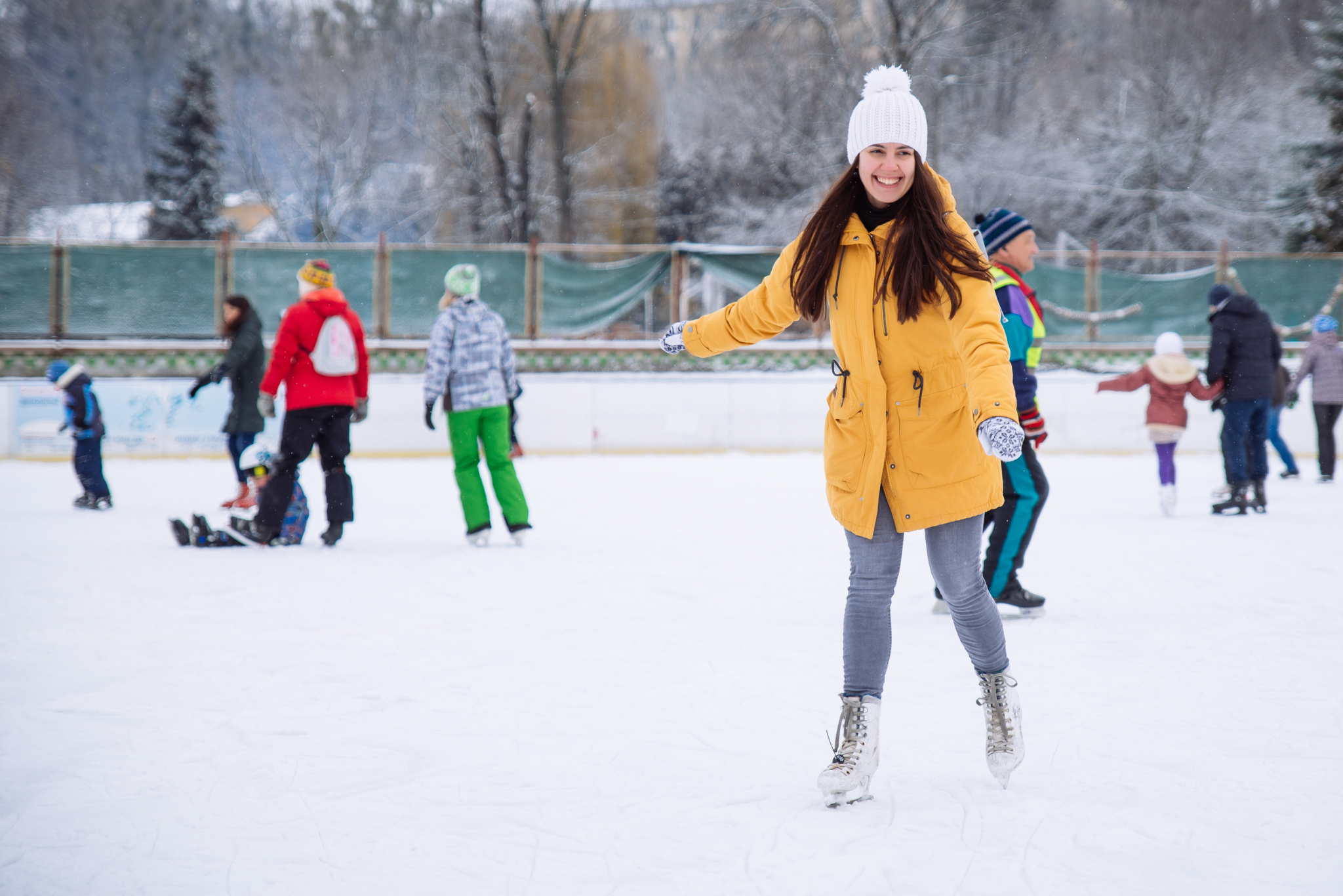 woman learn to ski at city ice rink