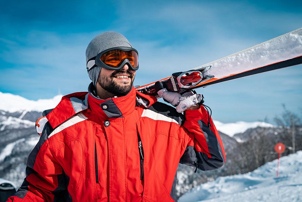 Hombre equipado para hacer esquí en Madrid, gavirental