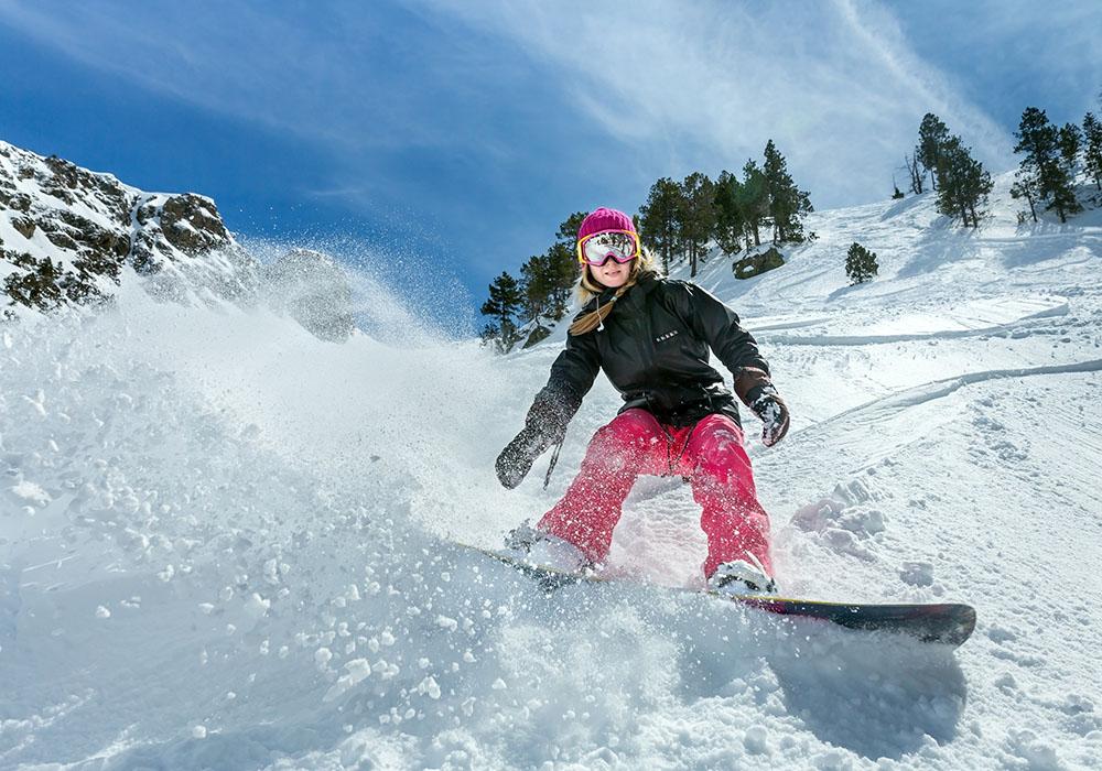 Mujer practicando snowboard en Madrid, gavirental